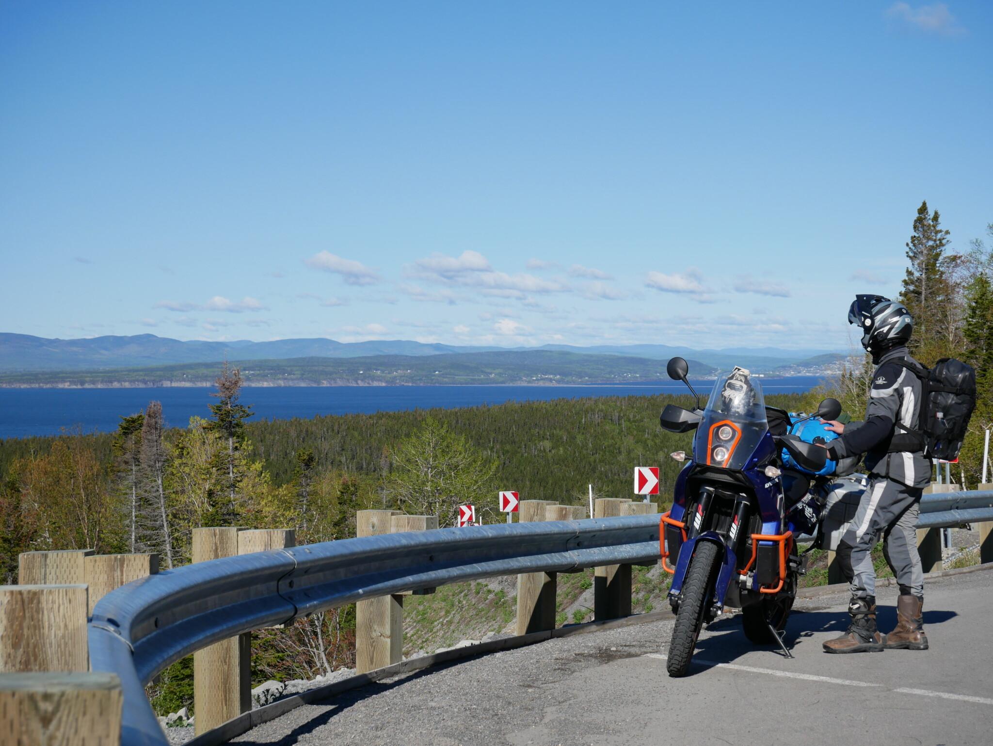 KTM vor Küstenpanorama