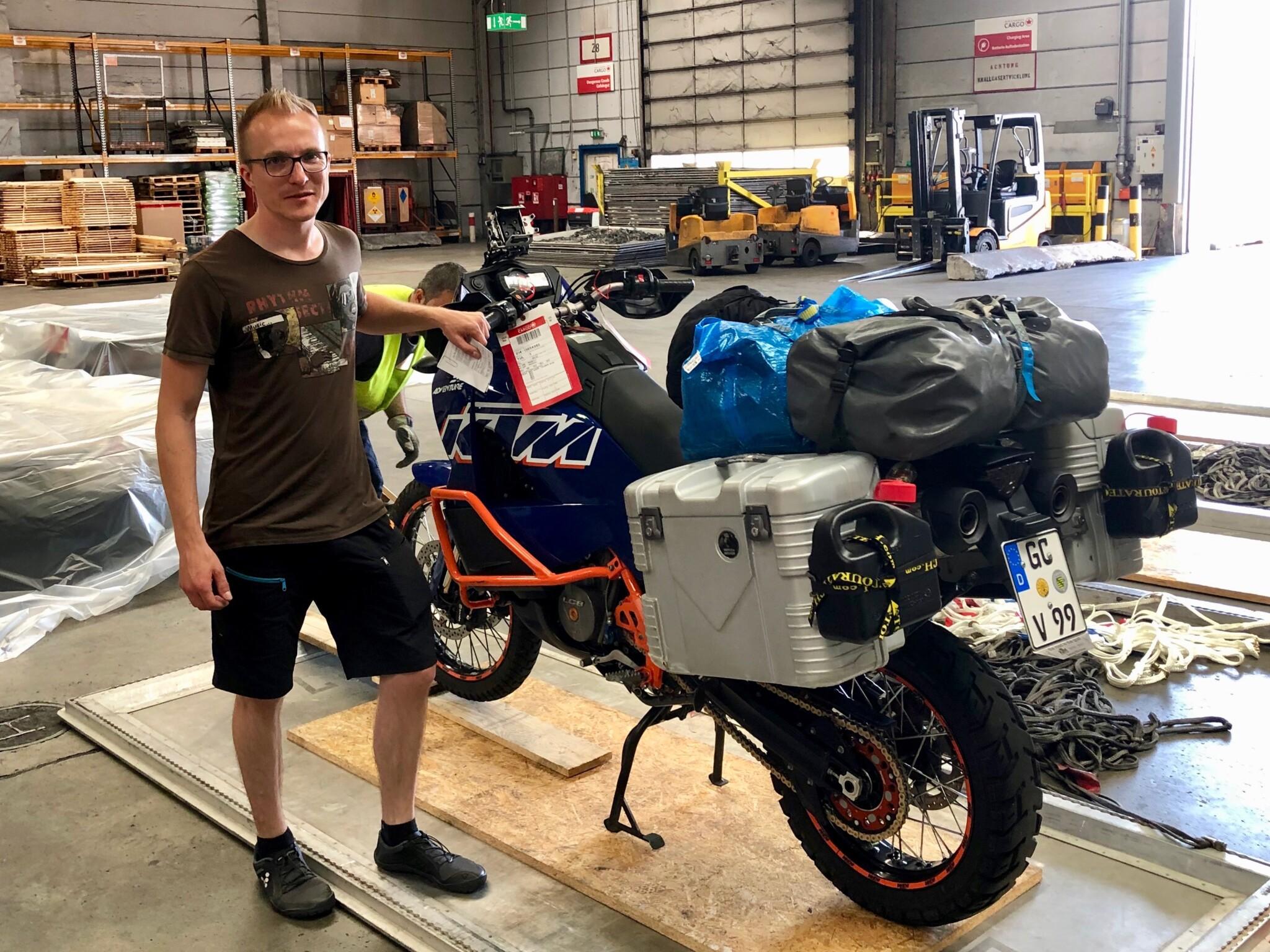 Motorrad und Georg in der Lagerhalle von Air Canada Cargo