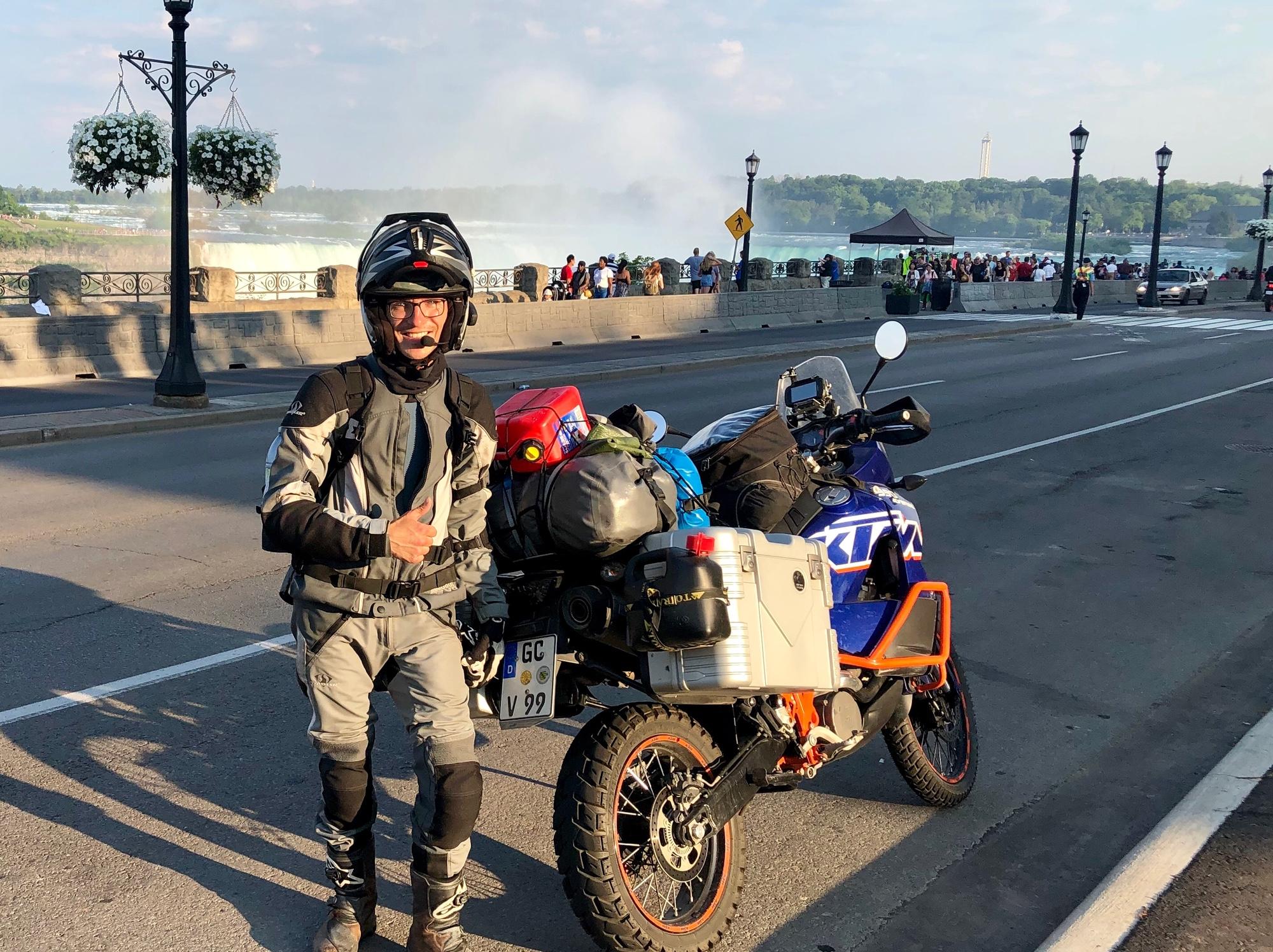 Georg mit KTM an den Niagarafällen