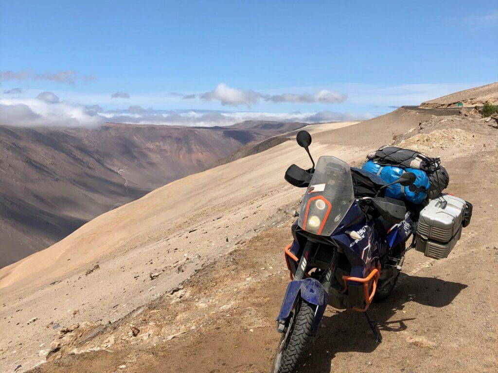 KTM in Wüstenlandschaft Chile