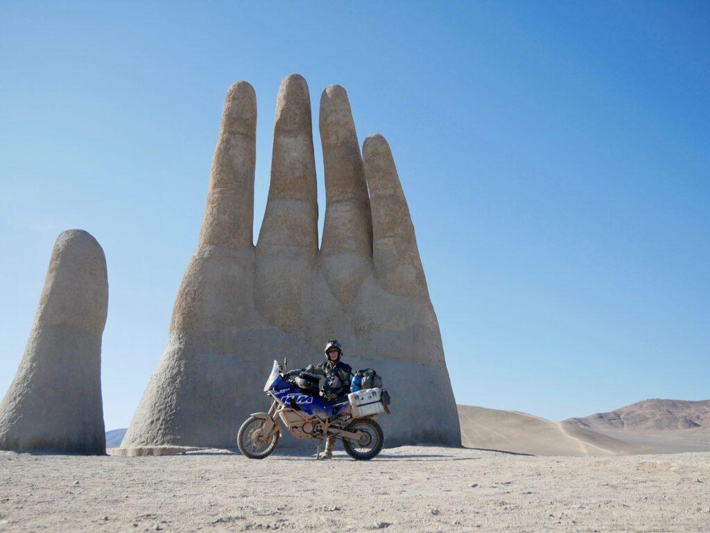 Georg mit KTM vor der Mano del Desierto