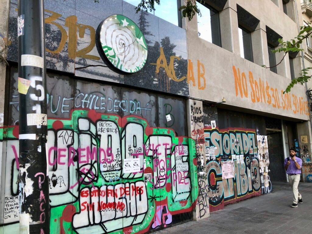 Starbucks Filiale mit Stahlplatten und zerstörtem Logo