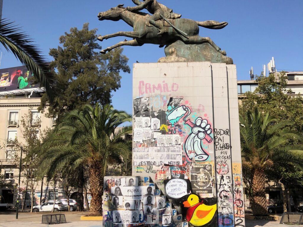 Graffiti auf Statue eines Reiters