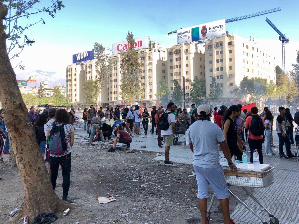 Demonstranten die Pflaster aus dem Gehweg reißen
