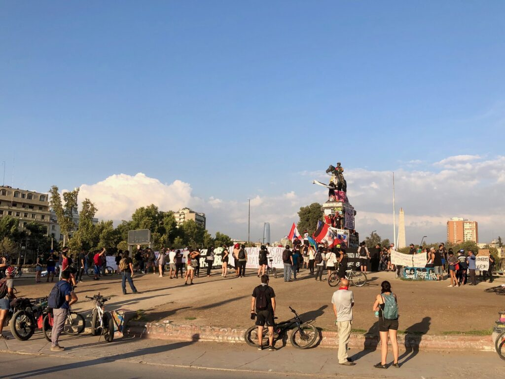 Plaza Italia mit Demonstranten und Plakaten