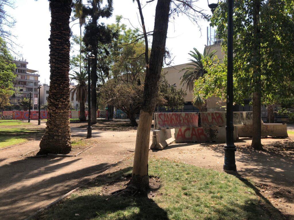Parkanlage mit Betonbarrieren