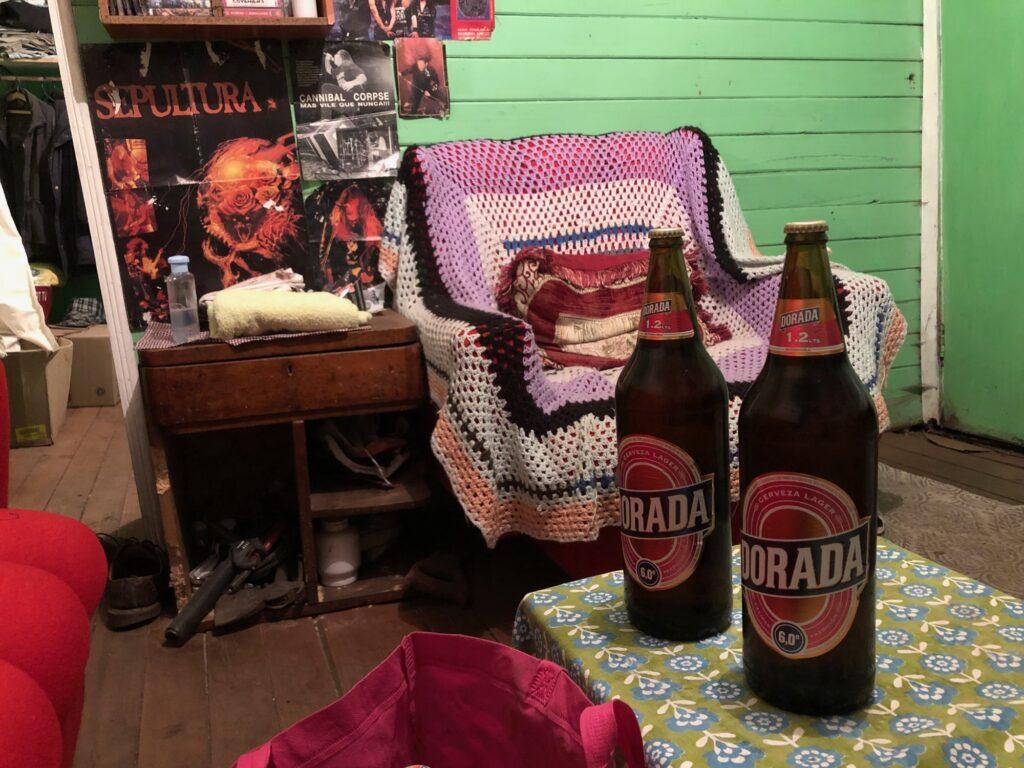 Bierflaschen auf dem Wohnzimmertisch