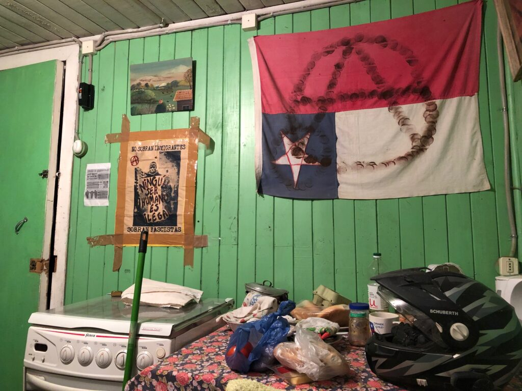 Wanddeko mit Postern und Flagge von Chile