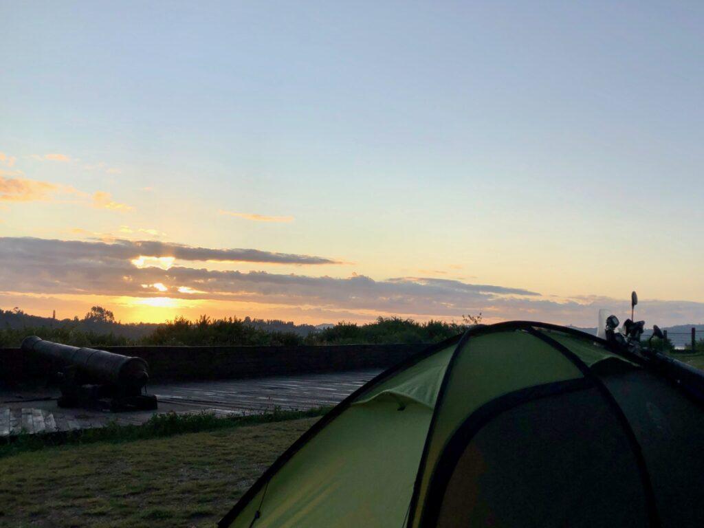Zelt im alten Fort mit Sonnenaufgang