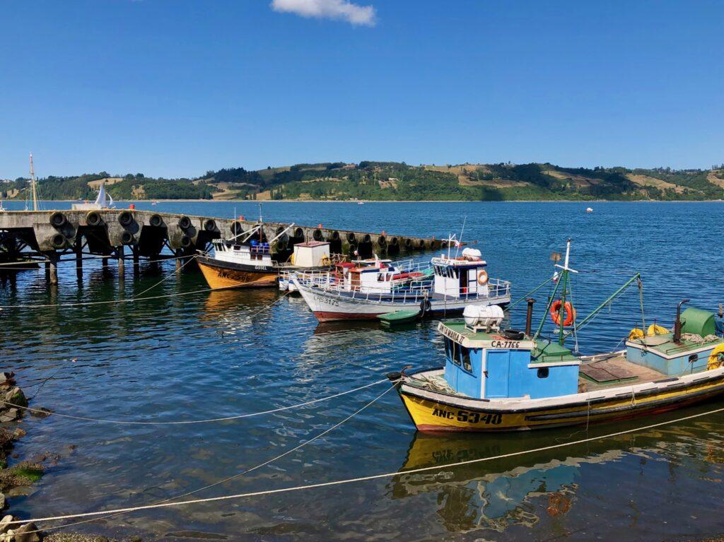 Boote im Hafen von Castro