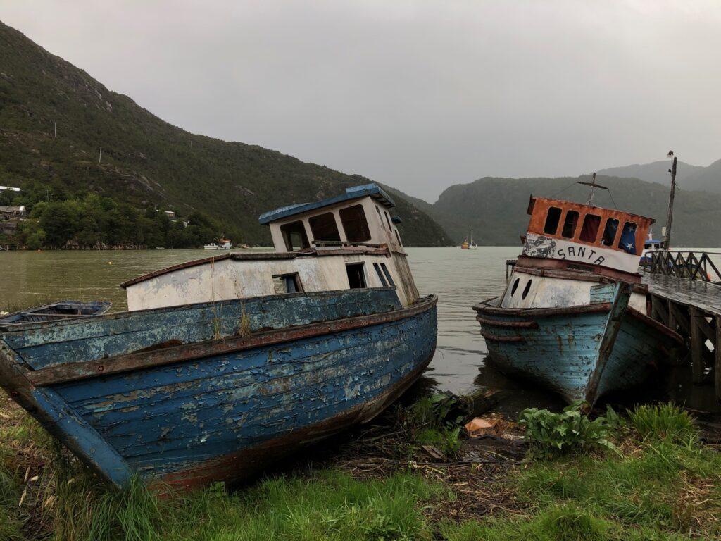 Alte Boote im Hafen von Tortel