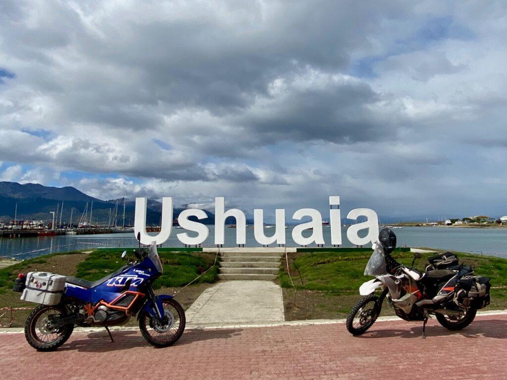 KTM 990 und 690 vor dem Ushuaia Schriftzug