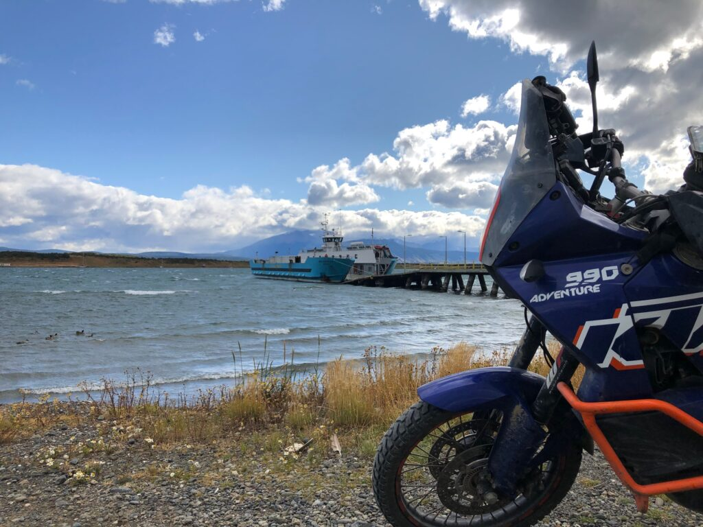 Fähre im Hafen von Puerto Natales