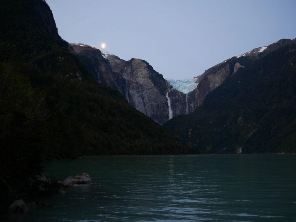 Der Gletscher Queulat mit dem zugehörigen See